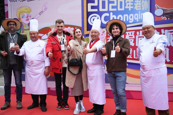 《【恒耀主管】重庆:外籍友人学习来凤鱼烹饪非遗技艺》