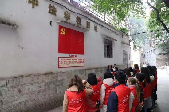 大学生党员到全国文明社区开展主题党日活动