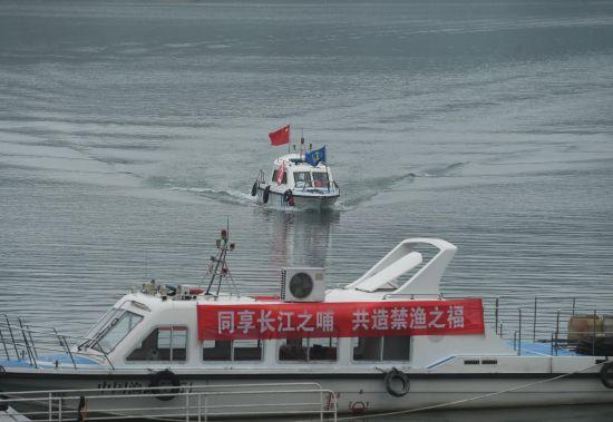 图为海事巡逻船正在嘉陵江重庆两江新区段进行捕捞巡逻。陈超 摄