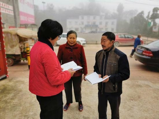 与贫困户悉心交流。 潼南区委统战部供图