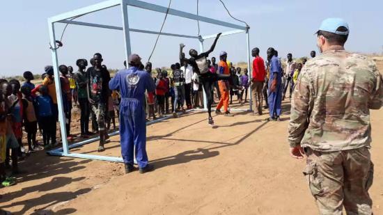新建的足球场上难民们正愉快地玩耍 受访者提供