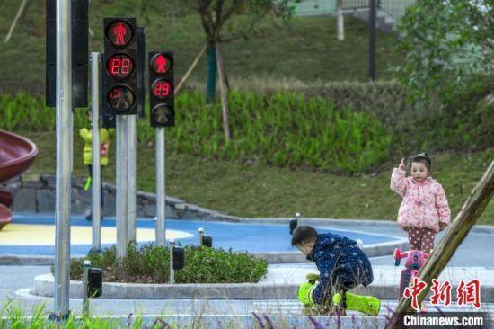 图为江北区石子山社区体育文化公园以应急安全为主题,内有儿童交通安全科普区等主题设施。重庆市规划和自然资源局供图