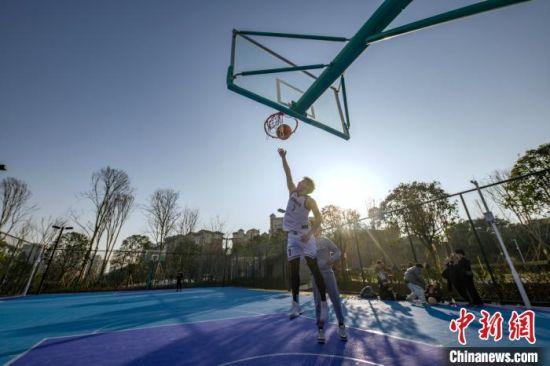 图为市民在江北区石子山社区体育文化公园内打篮球。重庆市规划和自然资源局供图