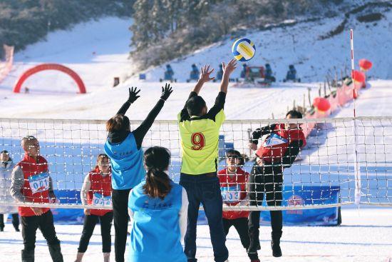 图为雪地排球比赛。重庆市冬季运动管理中心供图
