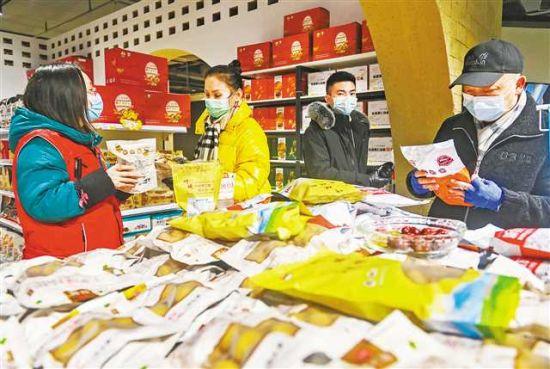 1月26日,中国西部消费扶贫中心,市民正在购买特色年货。记者 龙帆 摄/视觉重庆
