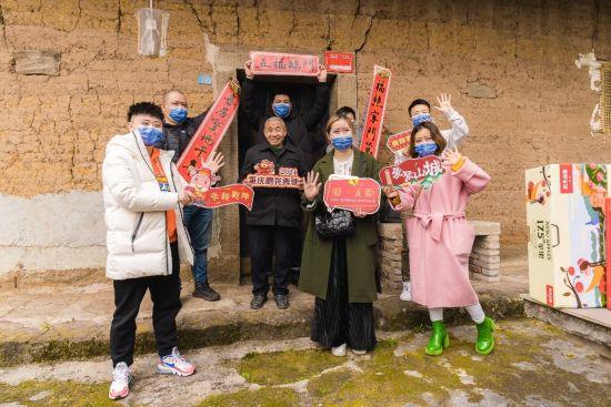 图为重庆鹏龙奔驰爱心车队为新民村老人送上新春祝福。主办方供图
