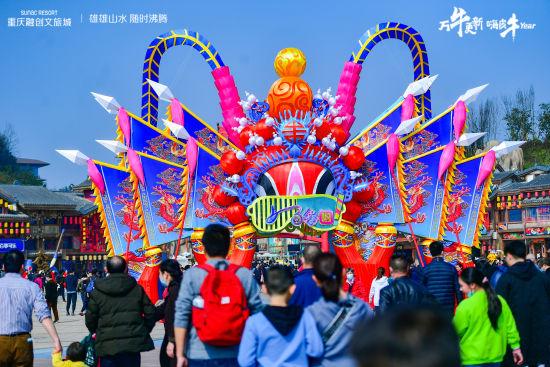 图为春节假日里的重庆融创文旅城