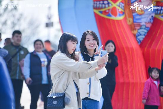 """图为游客在重庆融创文旅城""""打卡""""留念"""