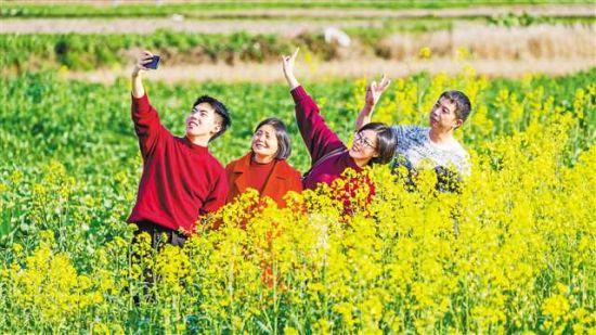 2月12日,人们在南川区东城街道三秀社区踏青赏花。特约摄影 瞿明斌/视觉重庆