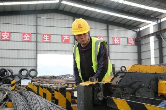 科学大道一期钢筋厂里,工人正在加工钢筋。高新区管委会供图