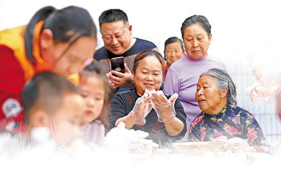 大足志愿者走进互助养老中心,和老人一起包五彩汤圆喜迎元宵佳节。通讯员 黄舒 摄/视觉重庆