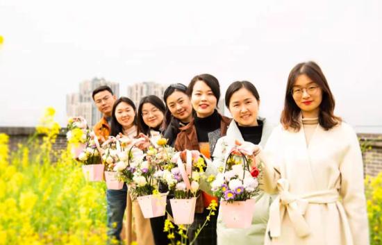 """重庆两江新区星湖学校开展了""""温暖春天 与美同行""""妇女节庆祝活动。重庆两江新区星湖学校供图"""