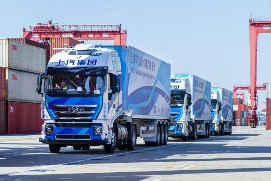 """图为上汽红岩""""5G+L4""""智能重卡在上海洋山港实现准商业化运营。上汽红岩供图"""
