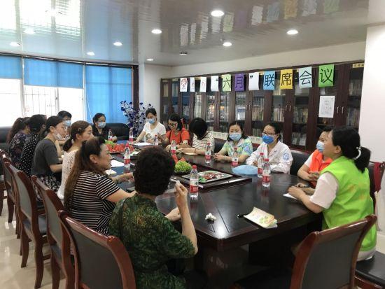 图为华福巷社区老年服务团队联席会议 渝中区民政局供图