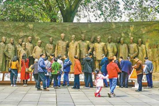 3月23日,重庆红岩革命纪念馆,市民正在参观学习。龙帆 摄