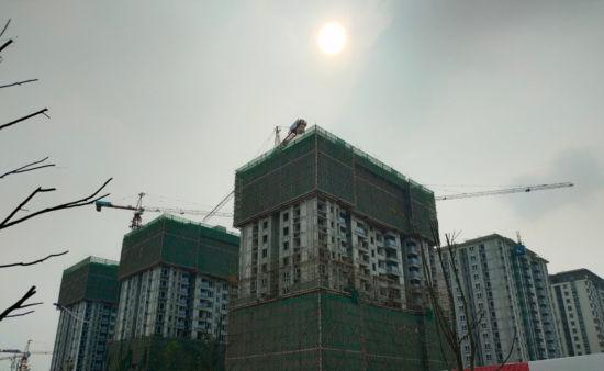 正在修建中的万科四季花城。袁子寒 摄