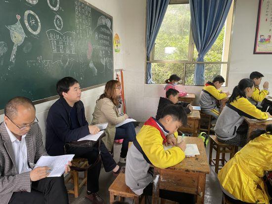 图为合川区教科所教研员深入一线课堂听课。合川区双龙湖小学供图