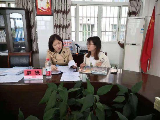 图为语文教研员罗俊帮助青年教师解读教材。合川区双龙湖小学供图