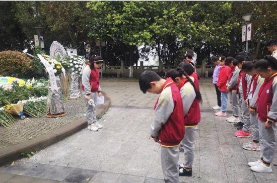 图为合川区嘉滨路小学师生向烈士表达哀思。嘉滨路小学供图