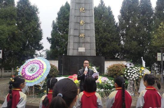 图为合川区嘉滨路小学师生追忆烈士的丰功伟绩。嘉滨路小学供图