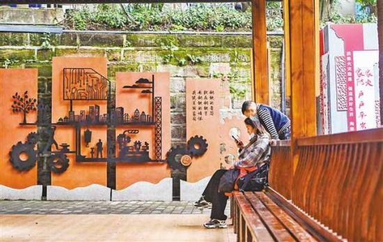 四月二日,渝中区双钢路小区,居民正在文化长廊里休闲。首席记者 龙帆 摄\视觉重庆