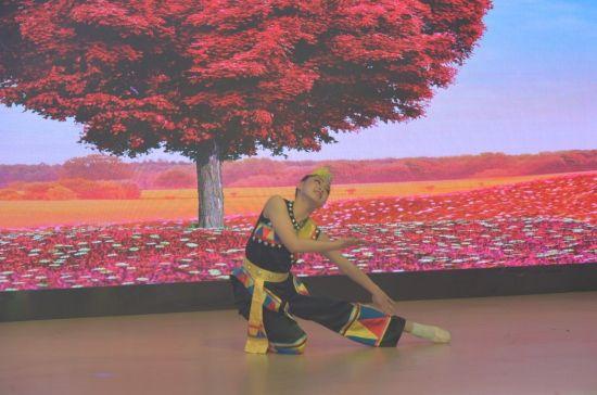 图为舞蹈小达人带来独舞《荞麦花开》。龚芳 摄