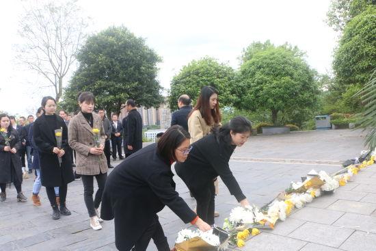 图为党员干部向英烈敬献鲜花。受访者供图