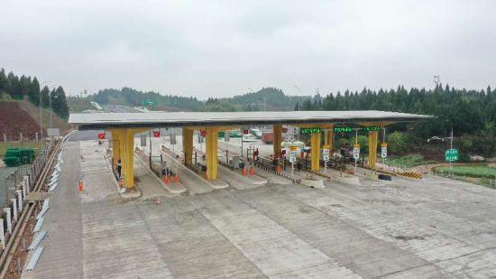 合安高速崇龛收费站设有7条ETC收费车道。双合高速公路公司供图 华龙网-新重庆客户端发