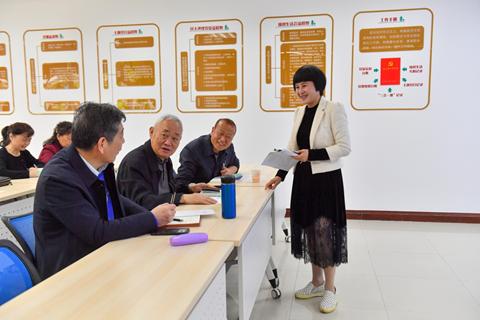 党日活动中,向红与离退休干部党员交流心得。九龙坡区融媒体中心供图