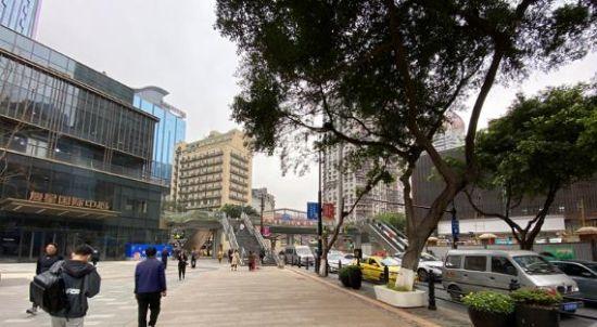 人行步道目前已扩宽规整。 刘钊 摄