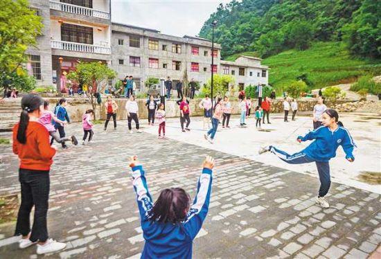 2020年6月10日傍晚,城口县沿河乡北坡村村民在广场上休息锻炼。(资料图片)记者 龙帆 摄/视觉重庆