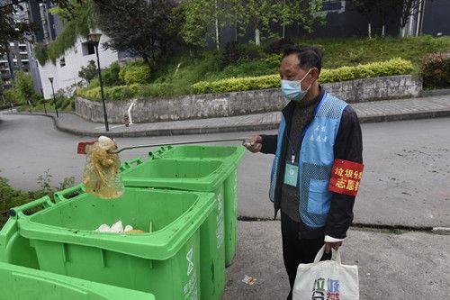 志愿者对厨余垃圾垃圾进行第二次分拣。通讯员 隆太良 摄