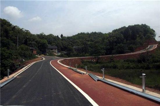 修建完毕的环湖公路。通讯员 蒋文友 摄
