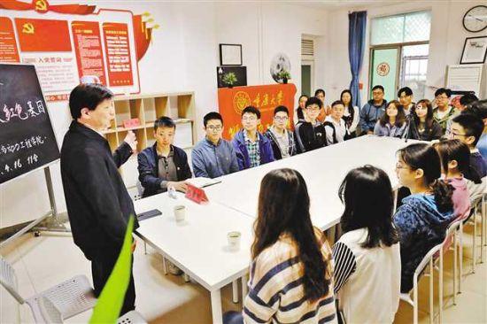 4月16日,重庆大学A区11舍,能源与动力工程学院党支部的党员在开展党史学习教育。记者 卢越 摄/视觉重庆