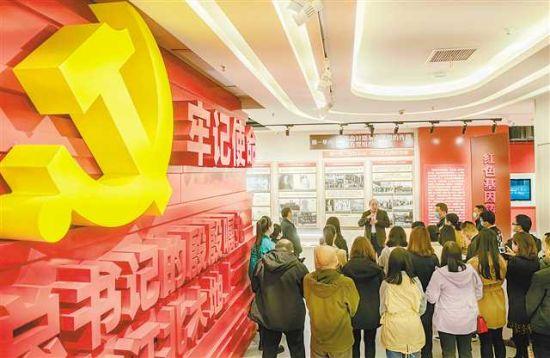 4月16日,寸滩街道的党员干部走进江北区党群政治生活中心,听专家讲述中国共产党百年党史。记者 崔力 摄/视觉重庆