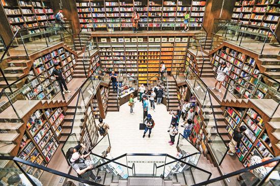 4月21日,九龙坡区钟书阁书店,中庭里四面环绕的交错阶梯,空间设计感十足,吸引了不少读者前来拍照留影。 本版图片均由首席记者 龙帆 摄/视觉重庆