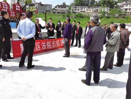 """""""百户护寨""""特色小分队志愿者向群众讲解宪法相关知识"""