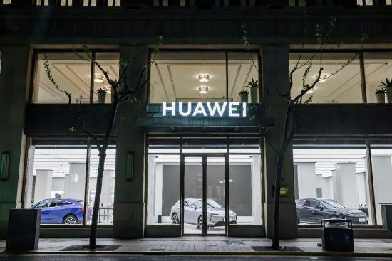 上海华为全球旗舰店里的赛力斯华为智选SF5