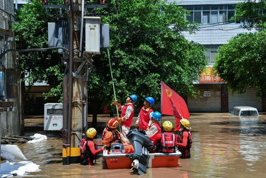 國家電網紅巖共產黨員服務隊坐沖鋒舟開展搶修工作