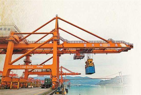 2月18日,橋吊司機在果園港吊運集裝箱。(資料圖片)記者 張錦輝 攝/視覺重慶