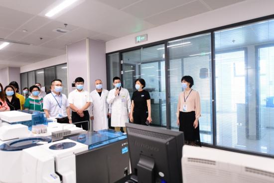專家組調研璧山區人民醫院新冠病毒核酸檢測能力。 璧山區委統戰部供圖