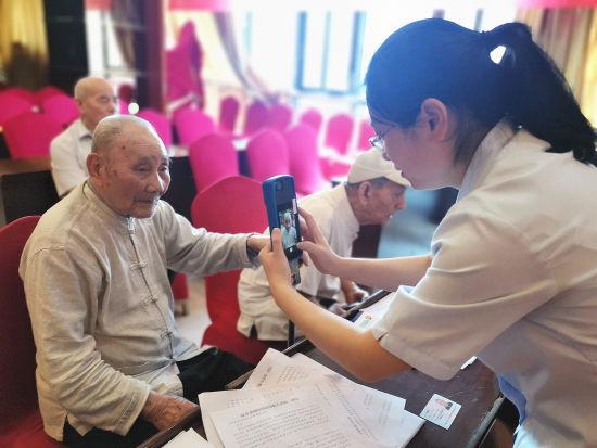在重慶市合川區養老服務中心,人力社保干部上門為行動不便的老年人解決運用智能技術障礙等問題,現場為67名老年人進行了待遇領取資格認證。