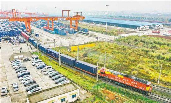 團結村中心站,重慶與成都同步發出的二〇二一年中歐班列(成渝)號第一趟列車。(攝于二〇二一年一月一日)首席記者 龍帆 攝\視覺重慶