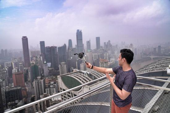 图为外籍视频大V在重庆开启深度旅拍。通讯员 罗嘉 摄