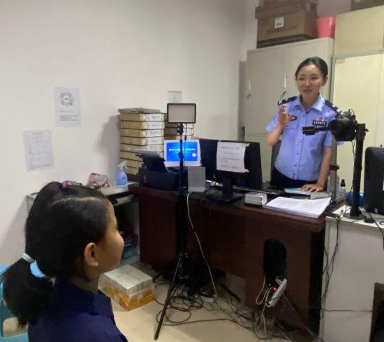 图为重庆市民正在办理身份证首次申领通办业务。彭紫薇 摄