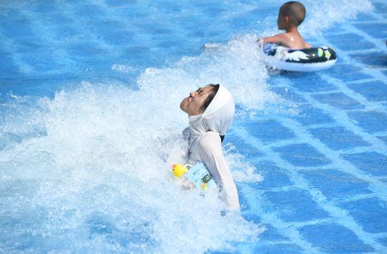 图为游客正在水上乐园玩耍享清凉。陈超 摄
