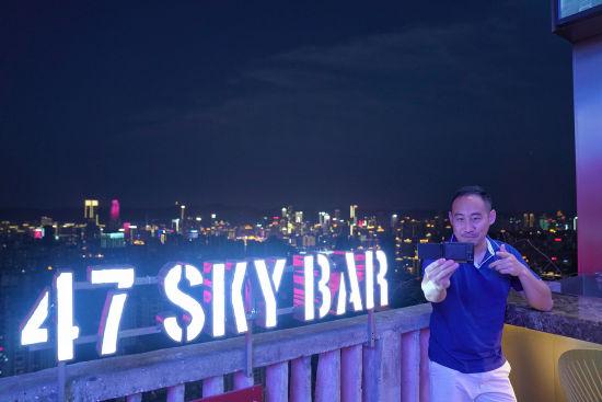 图为外籍视频博主拍摄重庆夜景。通讯员 罗嘉 摄