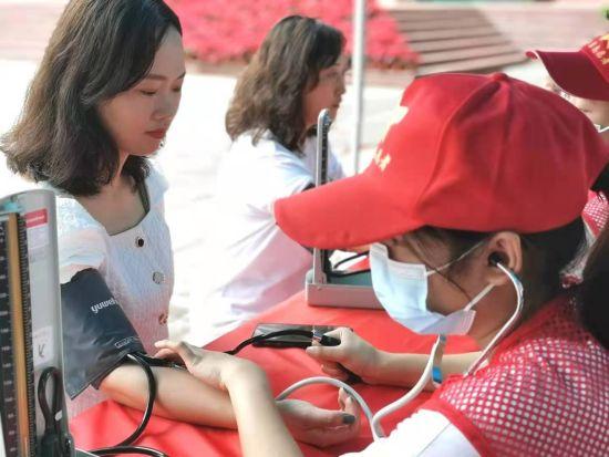 图为义诊活动现场。重庆医药高等专科学校供图