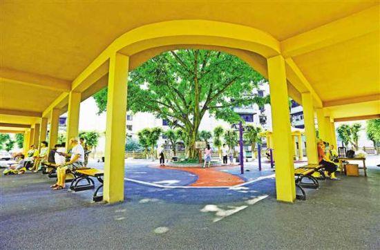 7月13日,九龙坡区黄桷坪街道九龙四村,居民正在新建的社区休闲长廊纳凉休憩。记者 罗斌 摄/视觉重庆