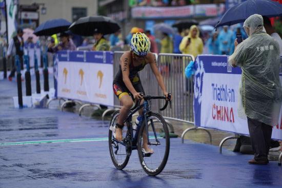 图为选手参加骑自行车环节的比赛。彭博 摄